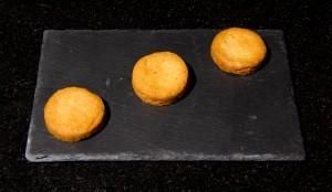 Disposez trois sablés sur l'assiette