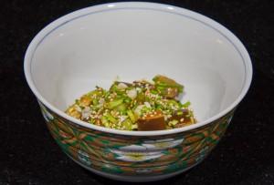 Assaisonnez avec la sauce puis ajoutez les cébettes, la ciboulette et les graines de sésame