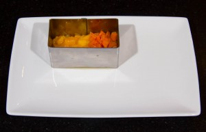 Dressez les dés de mangue et carottes