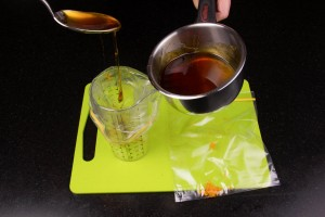 Remplir les sachets avec un peu de sirop et du zeste d'orange