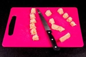 Détaillez le saumon en petits cubes