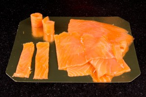 Découpez le saumon fumé en manières et enroulez les lanières sur elles même de manière à former des petits cylindres.