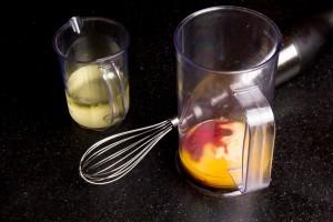 Versez les jaunes d'oeufs , le vinaigre de framboise et quelques gouttes de coulis dans un bol.