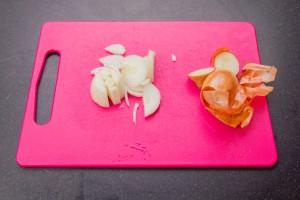 Épluchez et coupez l'oignon.