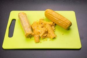 Égrener les épis de maïs cuits
