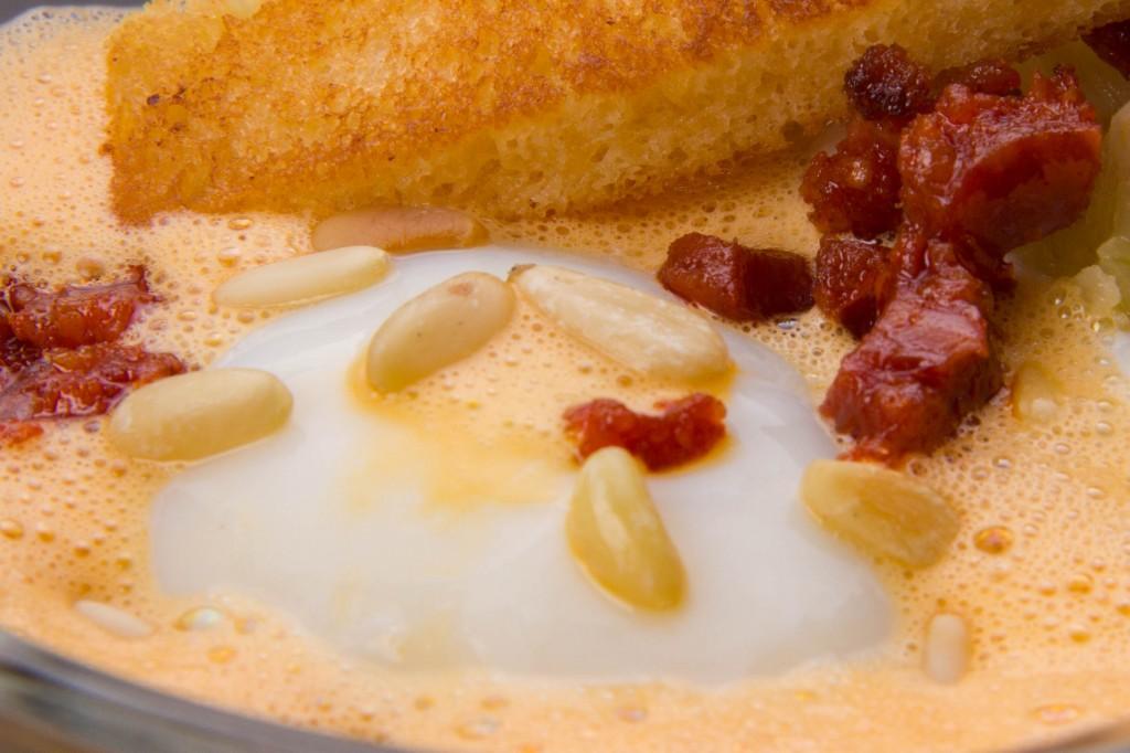 Oeuf crémeux basse température, confit d'oignon, crème d'ail et espuma au chorizo