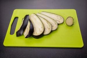 Coupez la troisième aubergine en lamelles