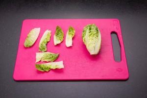 Coupez les feuilles des sucrines en deux