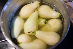 Pochez les poires dans le sirop