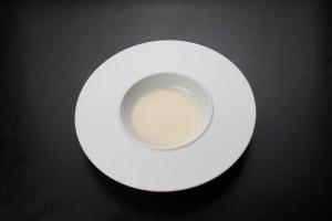 Versez la crème anglaise dans le fond de l'assiette