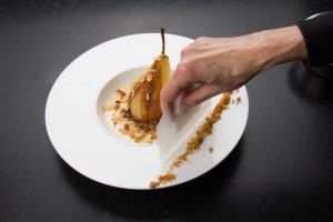 Parfaire le dressage avec un peu d'éclats de sablés sur le côté de l'assiette