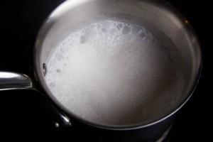 Faire réduire le lait de coco de moitié