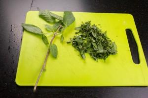 Ciselez les feuilles de basilic thai