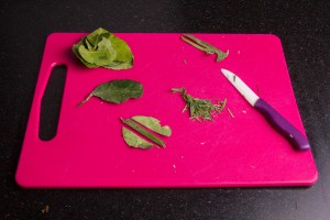 Ciselez très fin les feuilles de kaffir