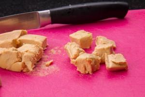 Coupez le foie gras ( 150 gr) en petits dés