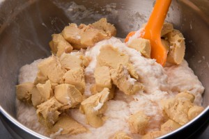 Rajoutez les dés de foie gras au mélange