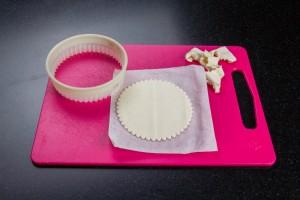 Découpez le feuilletage en ronds à l'aide d'un emporte piece