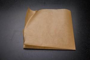 Plier en quatre une feuille de papier cuisson