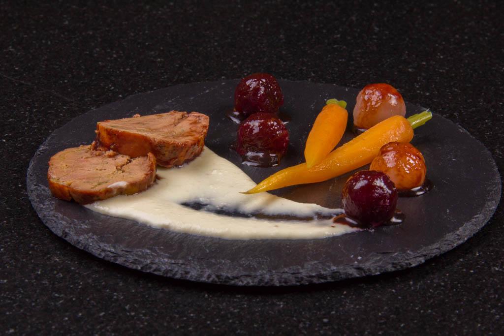 Foie gras laqué à la betterave, sauce raifort