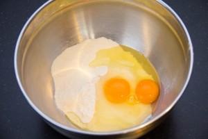 Versez la farine,le sucre, le sel et les œufs dans un cul de poule