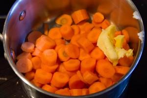 Faire revenir les carottes quelques minutes avec du beurre
