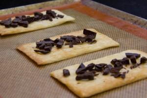 Saupoudrez un rectangle de pâte feuilletée avec les copeaux de chocolat.