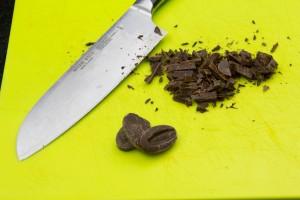 Coupez grossièrement le chocolat en morceaux
