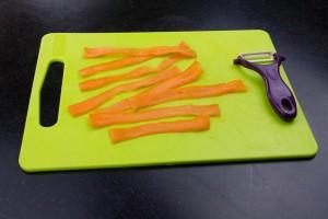 A l'aide d'un économe faire de larges lanières de carottes avec les deux carottes restantes