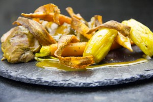 Joues de porc au cumin et ses légumes confits, chips de carotte (recette basse température)