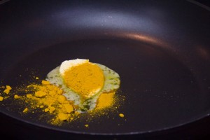 Faire revenir un peu de beurre avec une belle cuillerée à soupe de cumin.