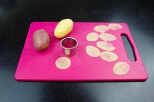 Épluchez les pommes de terre et coupez les finement