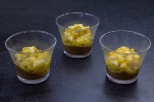Déposez un peu de salade de fruits sur le crémeux.