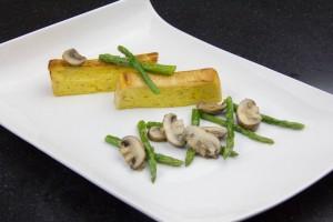 Puis disposez harmonieusement les asperges et champignons devant les tranches de pain de sole