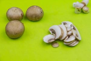 Nettoyez et coupez les champignons