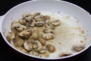 Faire revenir les champignons avec un peu de beurre