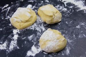 Coupez la pâte en trois boules