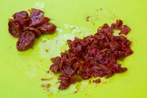 Égouttez les tomates et coupez les en petits dés
