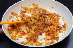 Dans une poêle faites revenir les échalotes, l'oignon, le poivron et les tomates confites.
