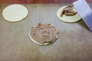 Déposez les premiers ronds de pâte sur une feuille de papier cuisson