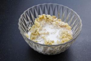 Mélangez le riz, le lait, le sucre et les grains de vanille