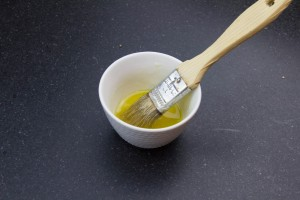 Mélangez les petits grains de citron avec un peu d'huile d'olive
