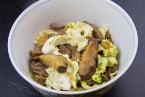 Disposez par dessus la poêlée de viande, champignons, chou et oignons.