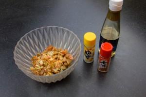 Mélangez les dés de tomates avec les épices japonaises