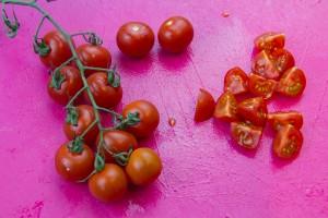Coupez les tomates en quartiers