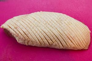 Incisez le gras du canard à l'aide d'un couteau de manière régulière