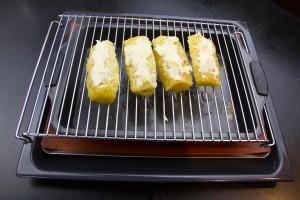 Posez les quart d'ananas sur une grille et enfournez au dessus d'un lèche fritte