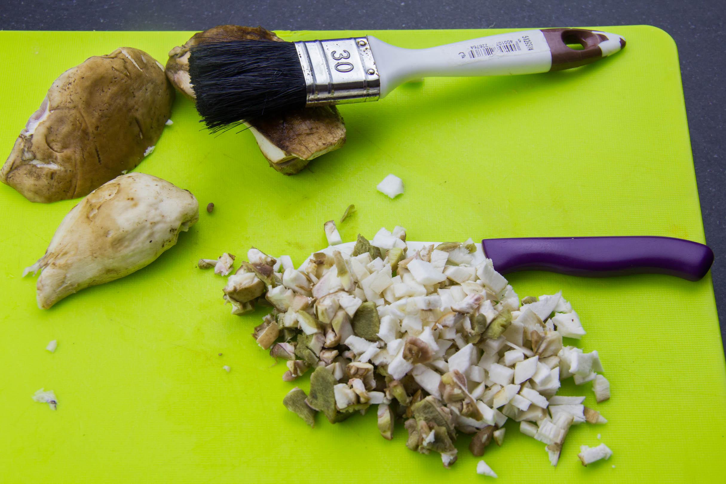 Coupez les cèpes en petits dés