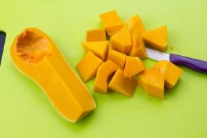 Coupez encore chaque quart de butternut en deux toujours dans le sens de la longueur. Coupez alors en gros dés