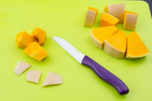 Ôtez la peau à l'aide d'un petit couteau sur chaque morceau.
