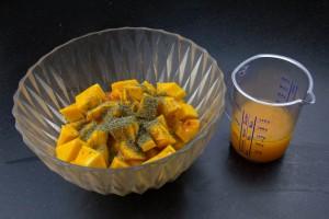 Mélangez les cubes de butternut avec le jus d'orange, l'huile d'olive et le thym.